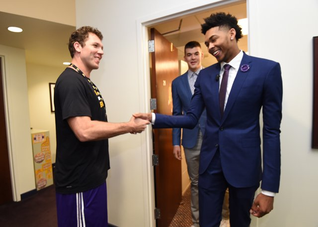 Luke Walton greets Ivica Zubac and Brandon Ingram (Photo by Andrew D. Bernstein/NBAE via Getty Images)